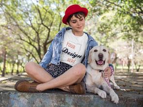 Junge Frau mit weißem personalisierbarem TShirt von T-Shirt bedrucken Deutschland