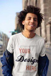 junger Mann mit tshirt zum bedrucken lassen