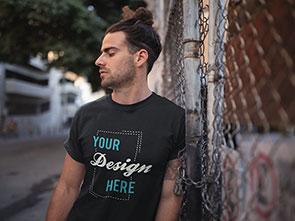 Junger Mann mit personalisierbarem T-Shirt von TShirt bedrucken Deutschland