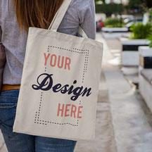 Junge Frau mit bedruckbarer Tasche | TShirt bedrucken Deutschland